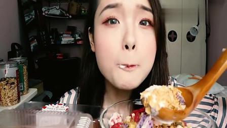 上海美食吃播阿尤, 用大汤勺吃酸奶麦片, 看着过瘾!