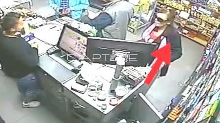 女子趁人不注意做出不要脸的事 怎料被监控拍下!
