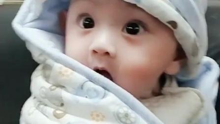 五个月的小宝宝, 只要带他出门, 眼睛就到处看个不停, 太可爱了