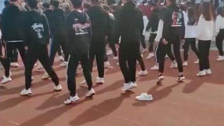 学校举办活动, 谁能帮找一下, 是哪位大哥的掉的鞋