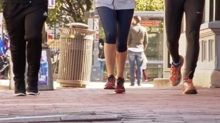 《走进美国》慢跑捡垃圾活动成健身趋势