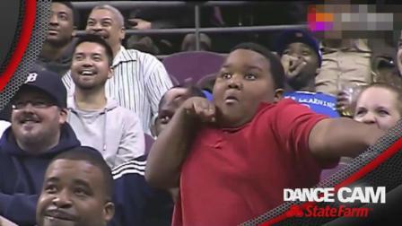 篮球比赛中场休息时, 黑人小胖和保安大哥斗舞, 到底谁赢了?