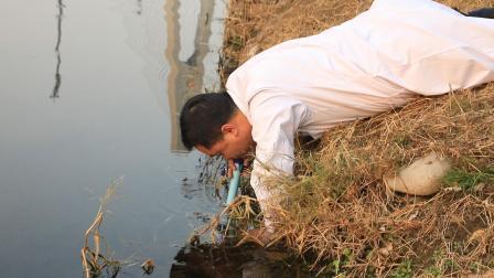 小伙试玩净水生命吸管, 竟直接下河测试
