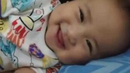 宝宝睡醒后乖乖的在角落里看着妈妈 看完感觉心都快被萌化了!