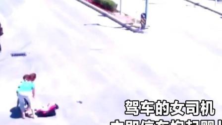 婴儿掉到马路上 妈妈紧急下车抱娃 结果忘拉手刹 两人被车碾压!