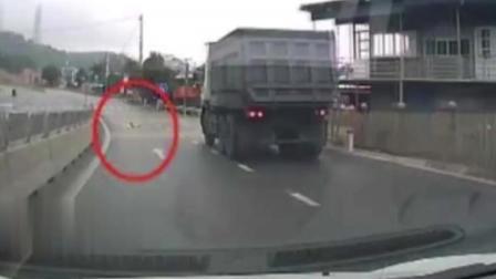 婴儿爬马路中央险遭土方车碾压 网友怒了 怎么当妈的!