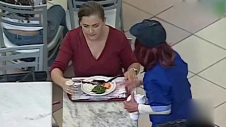 国外恶搞视频: 霸道服务员直接把顾客没吃完的饭