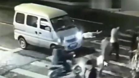 女子走斑马线被撞倒 监控拍下随后让人愤怒的一幕!
