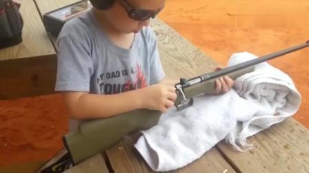 国外小孩试射步枪, 连拉栓都差点没拉动! 太搞笑