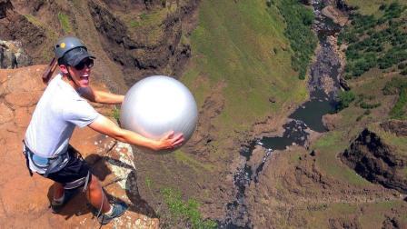 老外将皮球扔进100米大峡谷会发生什么? 马格努斯效应不是吹的!