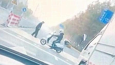 暖心!小哥骑电动车倒退着护送老人过马路