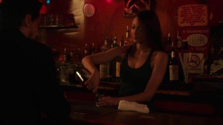 200岁法医搭讪女酒保, 当她给自己倒酒时, 露出了一个大破绽! 豆瓣高分悬疑剧