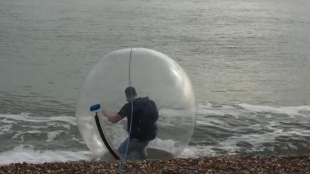 """小哥把自己装进""""气球"""", 从英国漂到法国, 不成功便成仁!"""