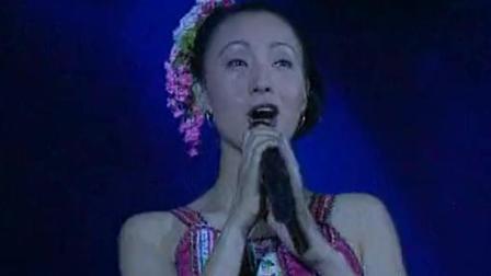 歌厅歌手瞧不起乡下姑娘, 没想到乡下姑娘唱的比她还好