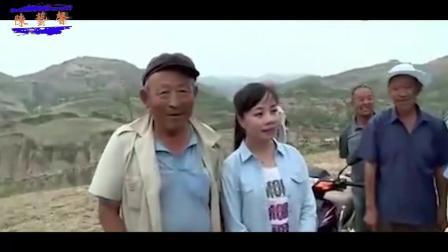 王二妮2018回到农村干活, 在地里演唱一首歌, 全村人都来围观