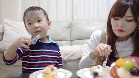 羡慕! 姐姐给弟弟准备的水果蛋糕, 美食从小就要培养
