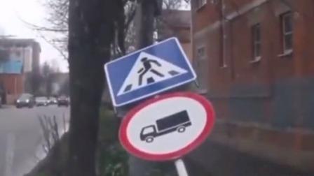 """最""""倒霉""""男子,人行道站着惨遭""""重击"""",网友:司机简直在害人"""