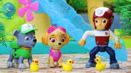 汪汪队立大功狗狗们帮鸭太太寻找跑丢的鸭宝宝, 并将它们带回鸭太太身边