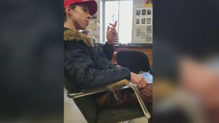 """美国学生戴MAGA""""小红帽""""惹老师爆粗: 我才不管言论自由"""