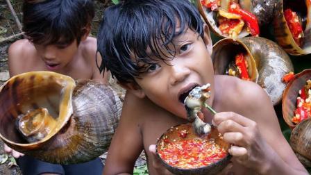 兄弟俩野外吃肉不花钱, 河里捡来的福寿螺煮熟了就开吃, 真鲜!