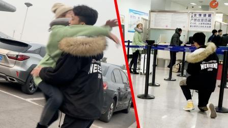 女友出国,男友机场流泪求婚!太感动了