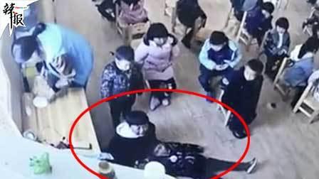气愤! 一幼儿园教师殴打猛拽幼儿