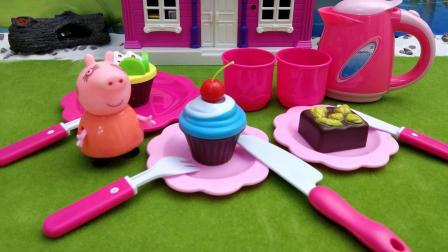 小猪佩奇: 猪妈妈在厨房里做漂亮蛋糕, 看起来真是太美味了!