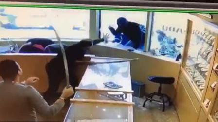 火龙果传媒 第一季 4名劫匪抢劫珠宝店 店员工持刀剑将其击退