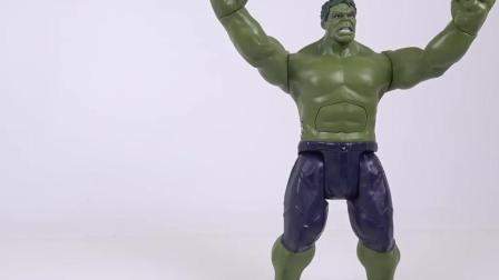 超级英雄绿巨人和美国队长合力对付恐龙