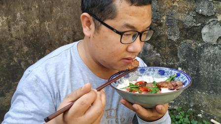 湘小伙炒腊肠吃, 6个辣椒炒两条腊肠, 香辣又下饭, 大碗米饭吃得香