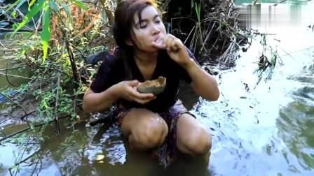 农村大姐在山脚的河里抓了条八爪鱼, 直接生吃, 有滋有味