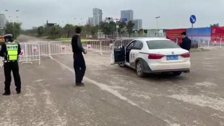 海关关员欲强穿管制道路被阻,问交警:你算什么东西