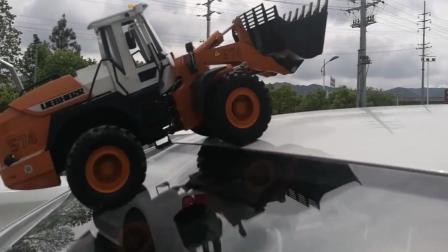 玩具车: 这铲车在车玻璃上开竟然没打滑?