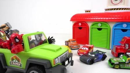 赛车总动员闪电麦昆和超级英雄钢铁侠玩游戏, 被鳄鱼打扰了