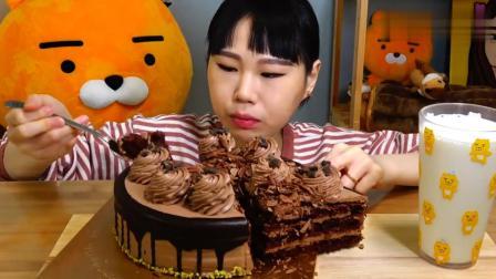 韩国大胃王卡妹吃巧克力蛋糕, 再喝满满的一杯牛奶, 看着超满足!