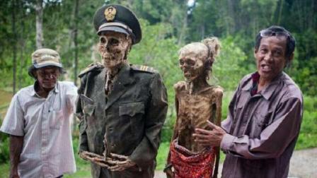 另类的马达加斯加习俗: 将死后多年的亲人挖出来晒太阳, 还要梳妆打扮
