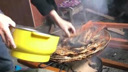 农村美食: 农村婆婆制作烟熏鱼, 用米糠熏出来的鱼, 味道又香模样又好看!