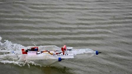 用空瓶子制作遥控小船, 速度还挺快, 动手能力真强!