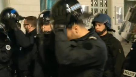 """法国警察脱掉头盔, 要联手""""黄背心""""反抗马克龙?"""