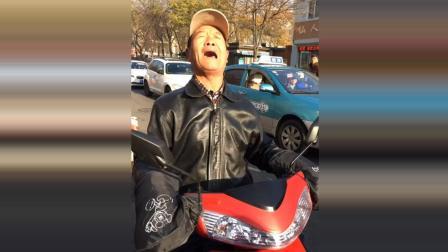 天津网红大爷撕心裂肺的歌声, 不由得让人敬佩
