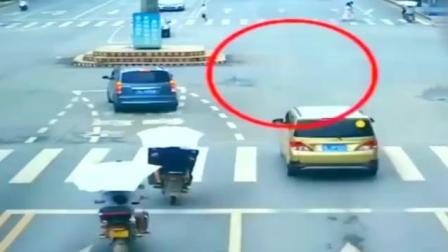 母女两骑电动车闯红灯, 导致大货车侧翻, 本以为事情结束了, 没想到更惨的还在后面!