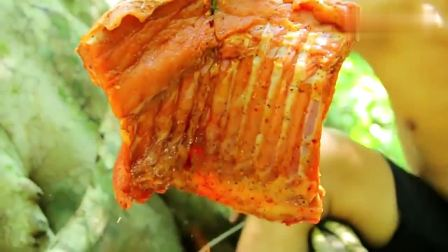 农村小伙野外烤肉, 外焦里嫩, 吃的满嘴流油
