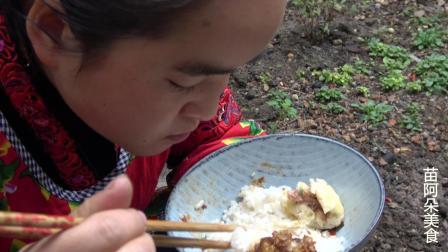 苗大姐炒肥肠吃, 一碗米饭一个包子, 越吃越有嚼劲