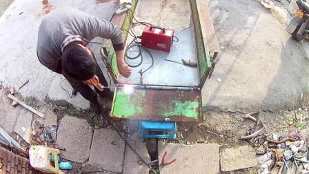 三轮电动车修理后门轴锈掉了