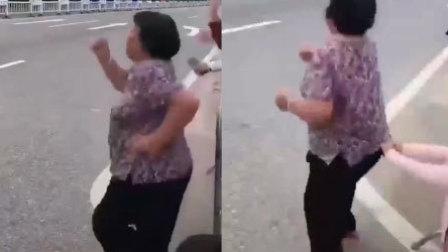 火龙果传媒 第一季 马拉松赛场大妈激动狂奔 一旁孙女赶紧拉住