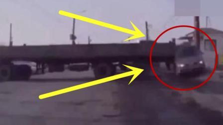 大货车马路上任性倒车, 一屁股将轿车怼到电线杆上了, 看着都心疼