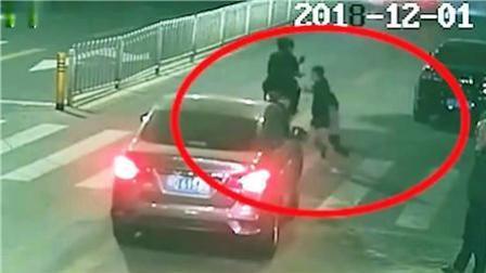 8斗传媒 司机承认未留意行人! 监拍4岁女童过马路遭碾压身亡