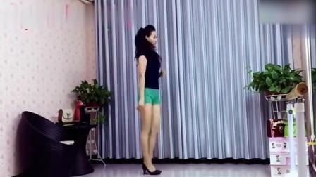 小姐姐穿短裤跳广场舞爱情雨夹雪 舞步动感舞姿撩人 真美