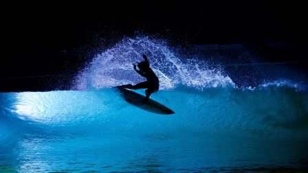 夜间冲浪——海水中的点点星辰
