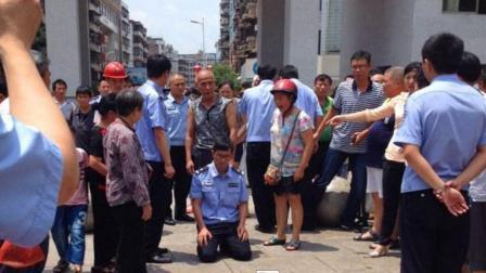 酒驾男开车被拦, 交警刚要开罚单, 车上下来一人吓的交警连忙下跪! 真相令人愤怒!